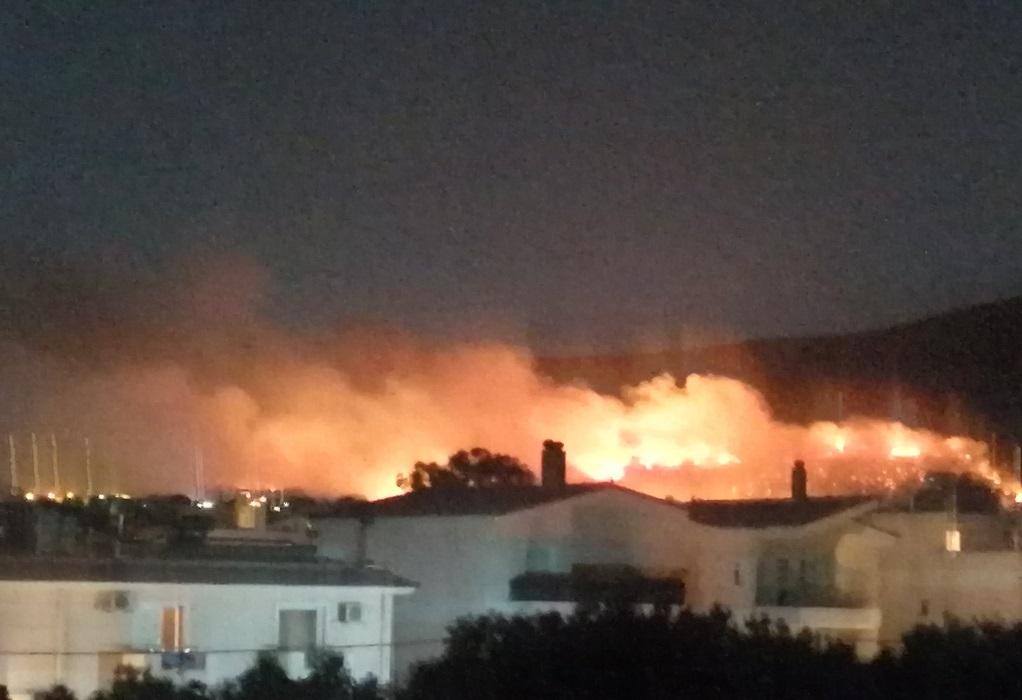 Φωτιά στη Ν. Μάκρη: Οριοθετήθηκαν οι εστίες – Σε επιφυλακή οι κάτοικοι