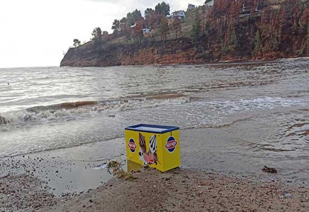 Εύβοια: Ώρες αγωνίας για τους κατοίκους – Βλέπουν τα υπάρχοντά τους στην παραλία (ΦΩΤΟ)