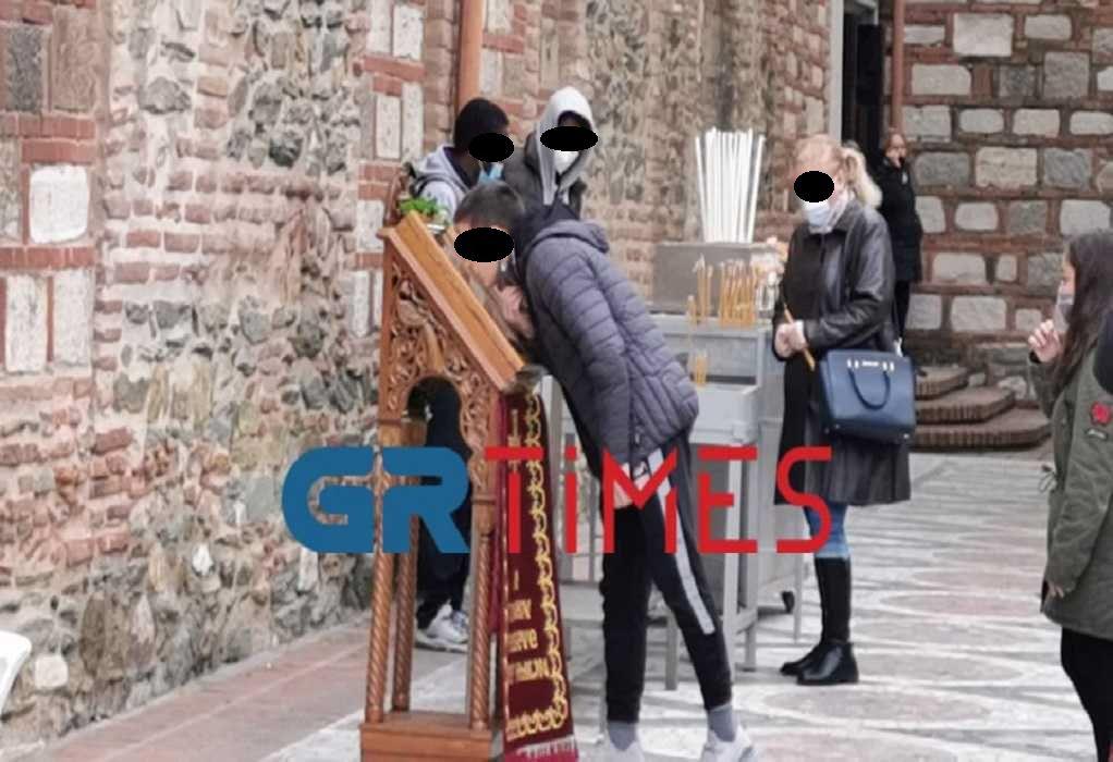 Θεσσαλονίκη – Αγ. Δημήτριος: Κατεβάζουν τις μάσκες για να προσκυνήσουν την εικόνα (ΦΩΤΟ – VIDEO)