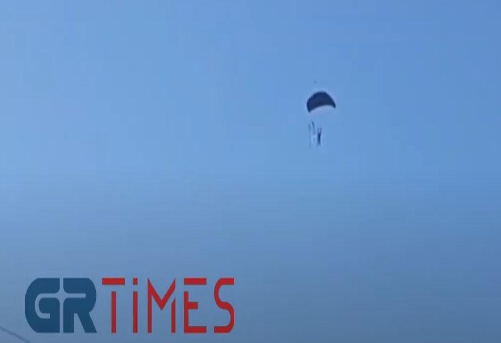 Θεσσαλονίκη: Ελεύθερο άλμα αλεξιπτωτιστών πάνω από το Θερμαϊκό (ΦΩΤΟ-VIDEO)