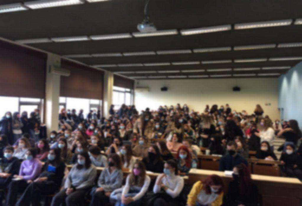 Φοιτητές ψυχολογίας ΑΠΘ: «Πάνω από 200 άτομα σε μια αίθουσα που δεν αερίζεται – Απαράδεκτες εικόνες»