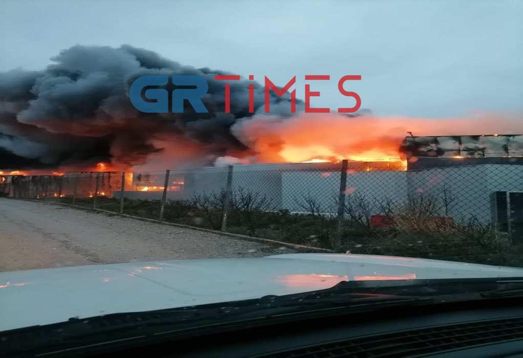 """Νεοχωρούδα: Συνεχίζει να """"καίει"""" η φωτιά στο εργοστάσιο (VIDEO-ΦΩΤΟ)"""