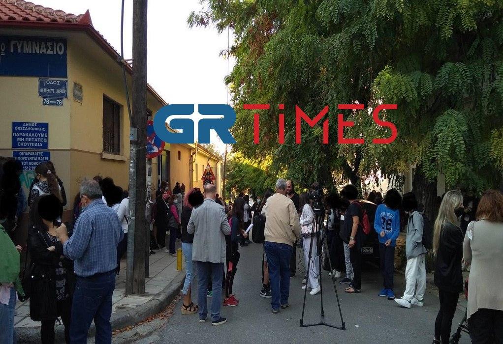 """6ο Γυμνάσιο Θεσσαλονίκης: Αποχή μαθητών που """"στοιβάζονται"""" σε τάξεις (VIDEO)"""