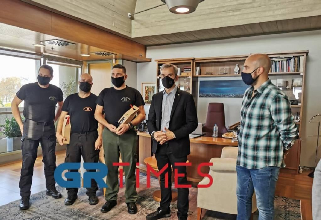 """Τους δημοτικούς αστυνόμους που """"τσάκωσαν"""" κλέφτη τίμησε ο Ζέρβας (VIDEO)"""