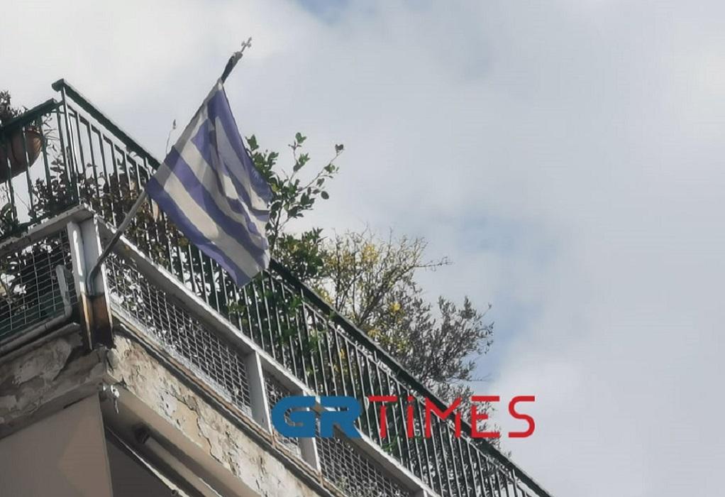 """Με ελληνικές σημαίες """"γεμίζουν"""" τα μπαλκόνια της Θεσσαλονίκης (ΦΩΤΟ)"""
