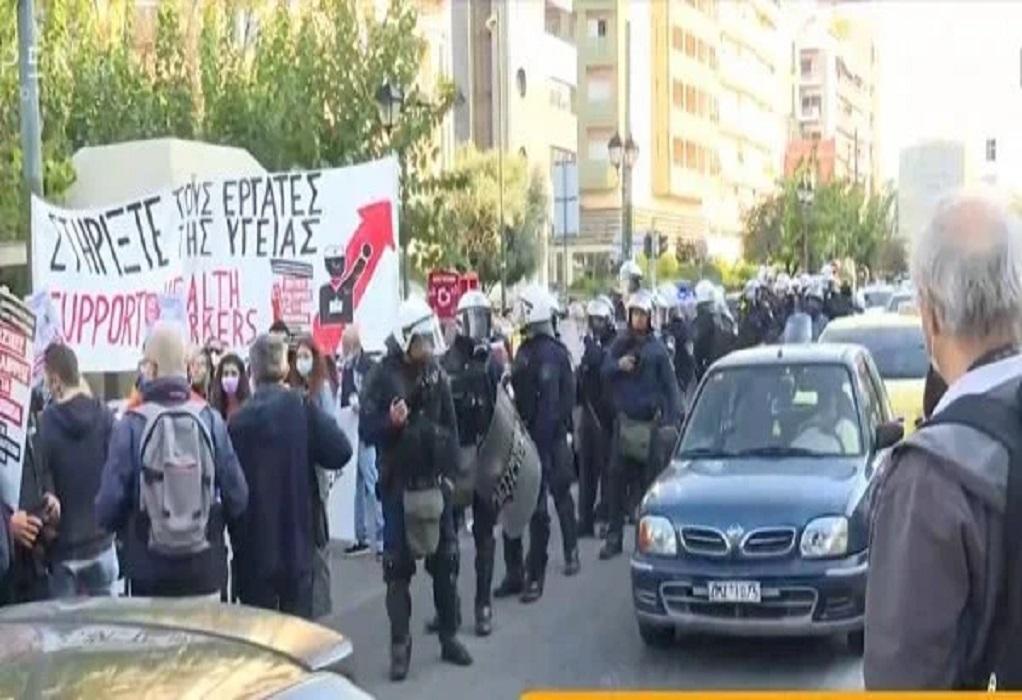 Αθήνα: Ένταση στην πορεία της ΠΟΕΔΗΝ: Αντιδρούν οι συγκεντρωμένοι στην παρουσία των ΜΑΤ (VIDEO)