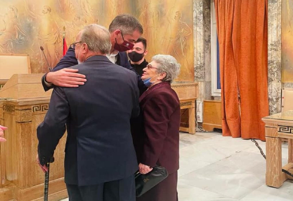 Ζευγάρι ηλικιωμένων παντρεύτηκαν στο δημαρχείο της Αθήνας