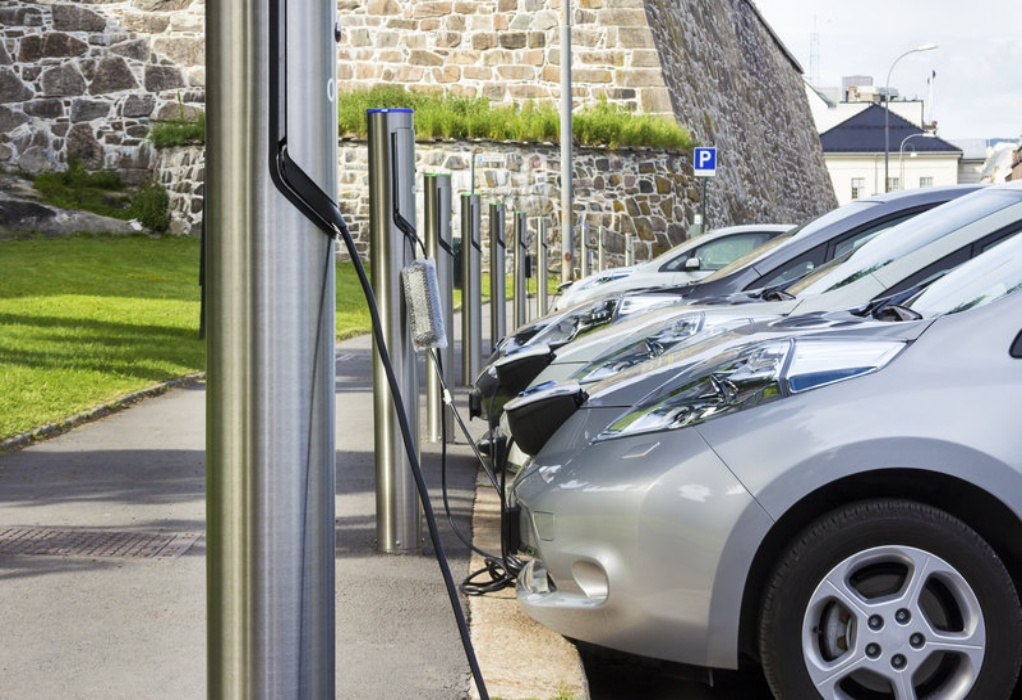 Αυτοκίνητα: Οι βασικές διαφορές των ηλεκτρικών και των plug-in υβριδικών