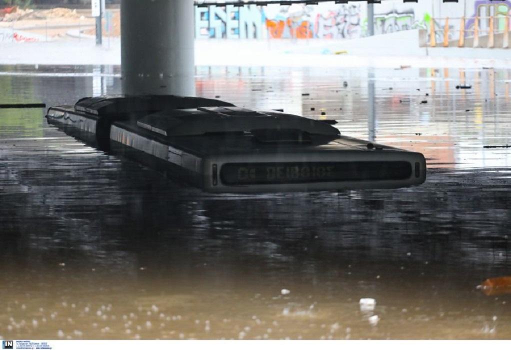 Κακοκαιρία «Μπάλλος»: Απίστευτες εικόνες – Λεωφορείο βυθίστηκε στο νερό κάτω από γέφυρα