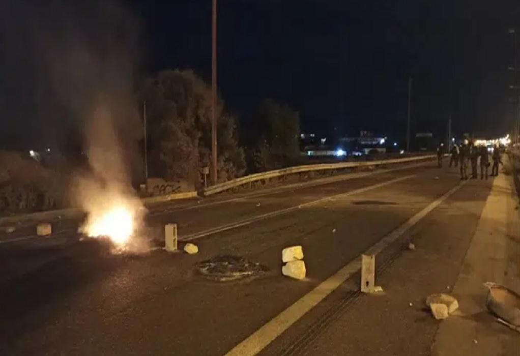 Επεισόδια στα Μέγαρα: Έκλεισε η Εθνική Οδός Αθηνών-Κορίνθου