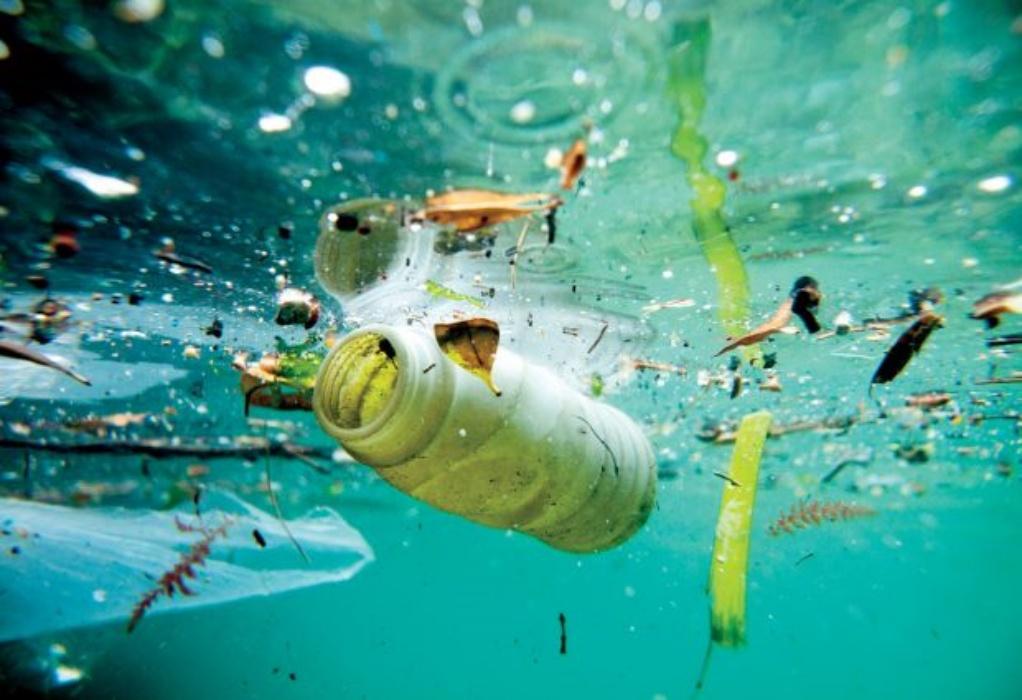 Μεσόγειος: Περίπου 3.760 τόνοι πλαστικών πλέουν στη θάλασσα