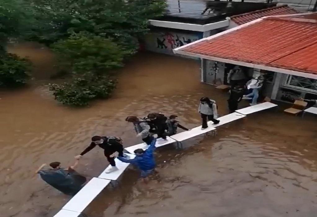 """Νέα Φιλαδέλφεια: """"Αν δεν στήναμε τη γέφυρα με τα θρανία άμεσα, τα νερά θα έμπαιναν στο κοντέϊνερ"""" (VIDEO)"""
