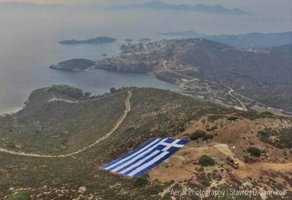 Ο δήμαρχος Οινουσσών απαντά στον Ακάρ με μια τεράστια ελληνική σημαία (ΦΩΤΟ)
