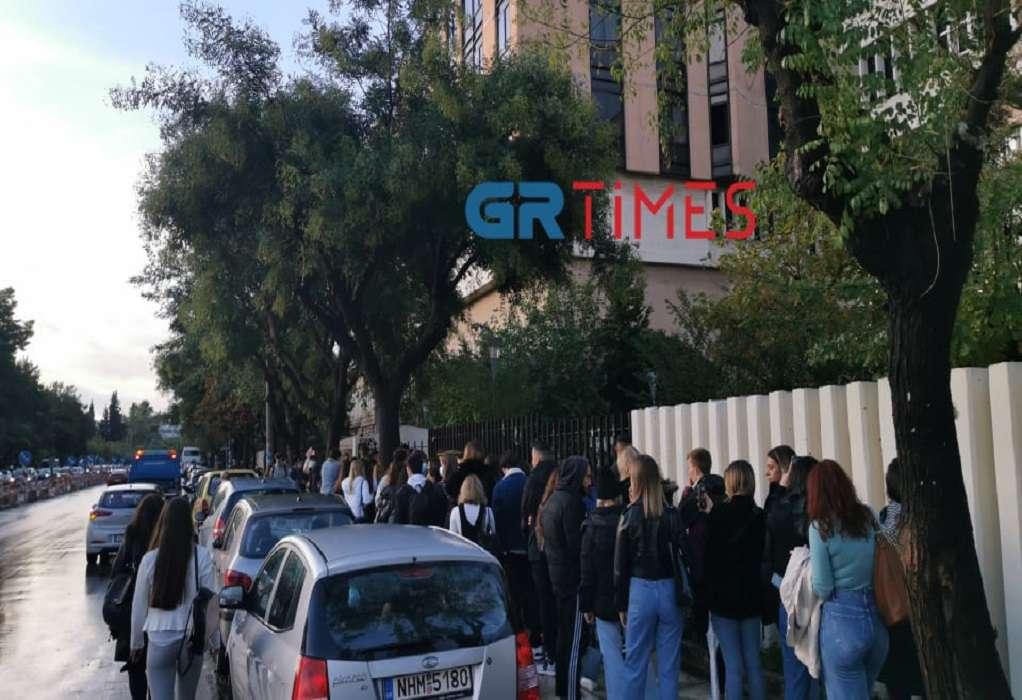 Θεσσαλονίκη: Με επίδειξη πιστοποιητικού η είσοδος στο ΠΑΜΑΚ – Τεράστιες ουρές και αναμονή (VIDEO)