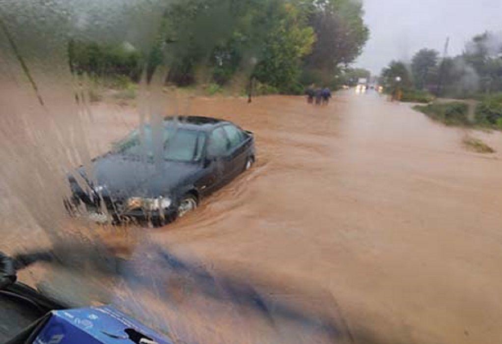 Ζαγκλιβέρι: Ανέβηκε στην οροφή του αυτοκινήτου του για σωθεί από τα ορμητικά νερά (ΦΩΤΟ)