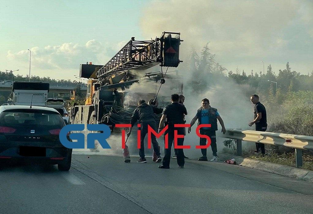Θεσσαλονίκη: Φωτιά σε γερανοφόρο όχημα στην Περιφερειακή Οδό (ΦΩΤΟ)