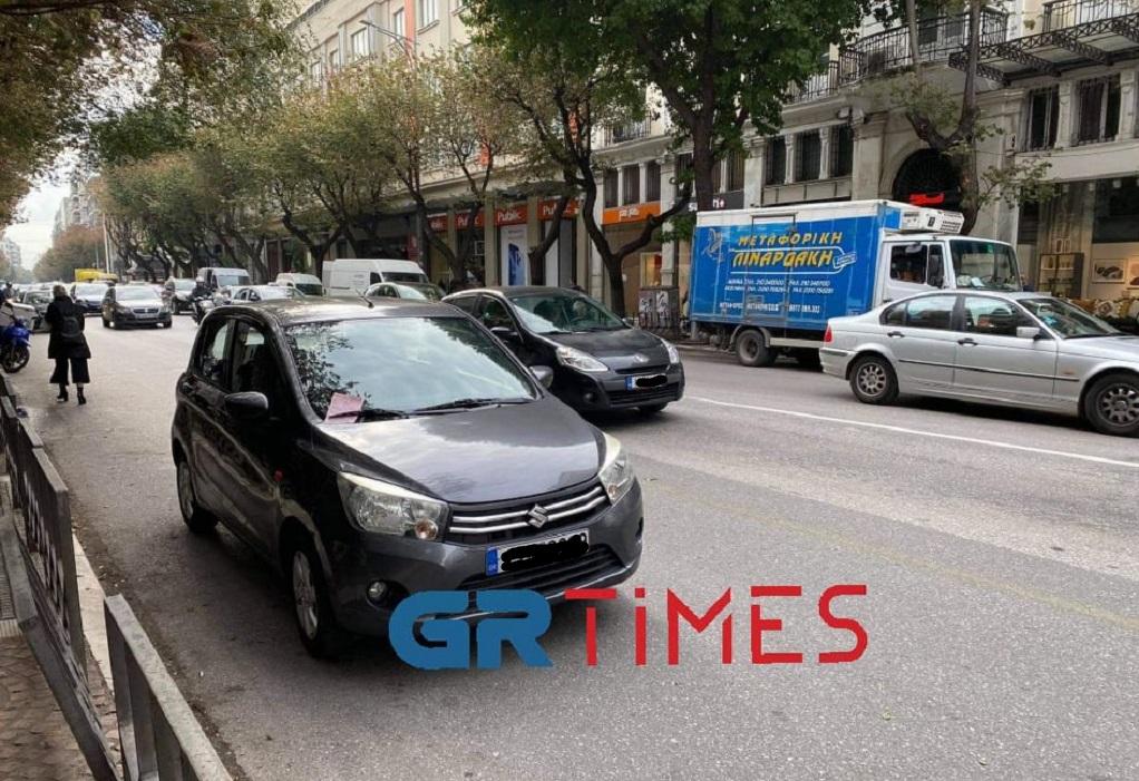 Θεσσαλονίκη: Ένας ακόμη ασυνείδητος παράτησε ΙΧ στη λεωφορειολωρίδα της Τσιμισκή (ΦΩΤΟ-VIDEO)